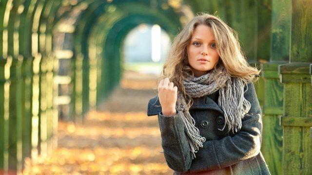 Девушка в сером пальто в парке