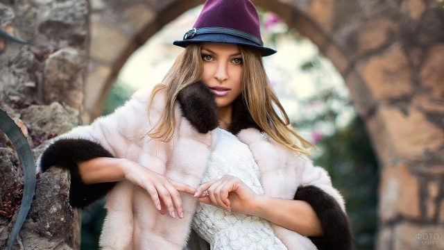 Девушка в шубке и фиолетовой шляпе