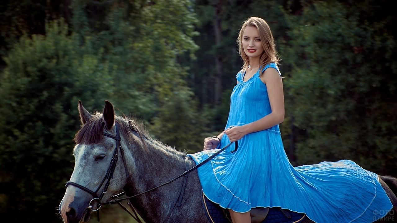 Наездница в голубом платье на коне