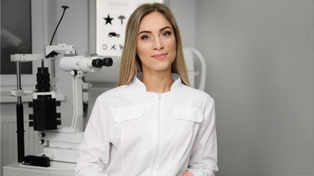 Офтальмолог в рабочем кабинете