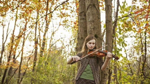 Скрипачка в осеннем лесу