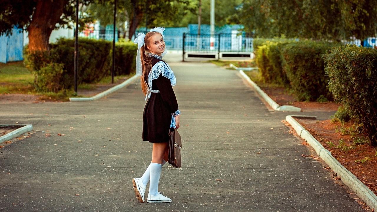 Выпускница на территории школы