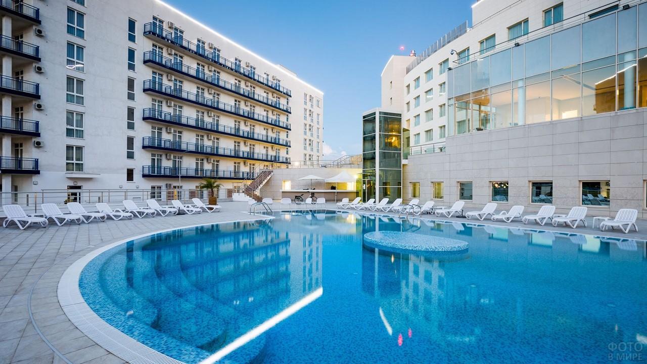 Красивый белый отель с огромным бассейном