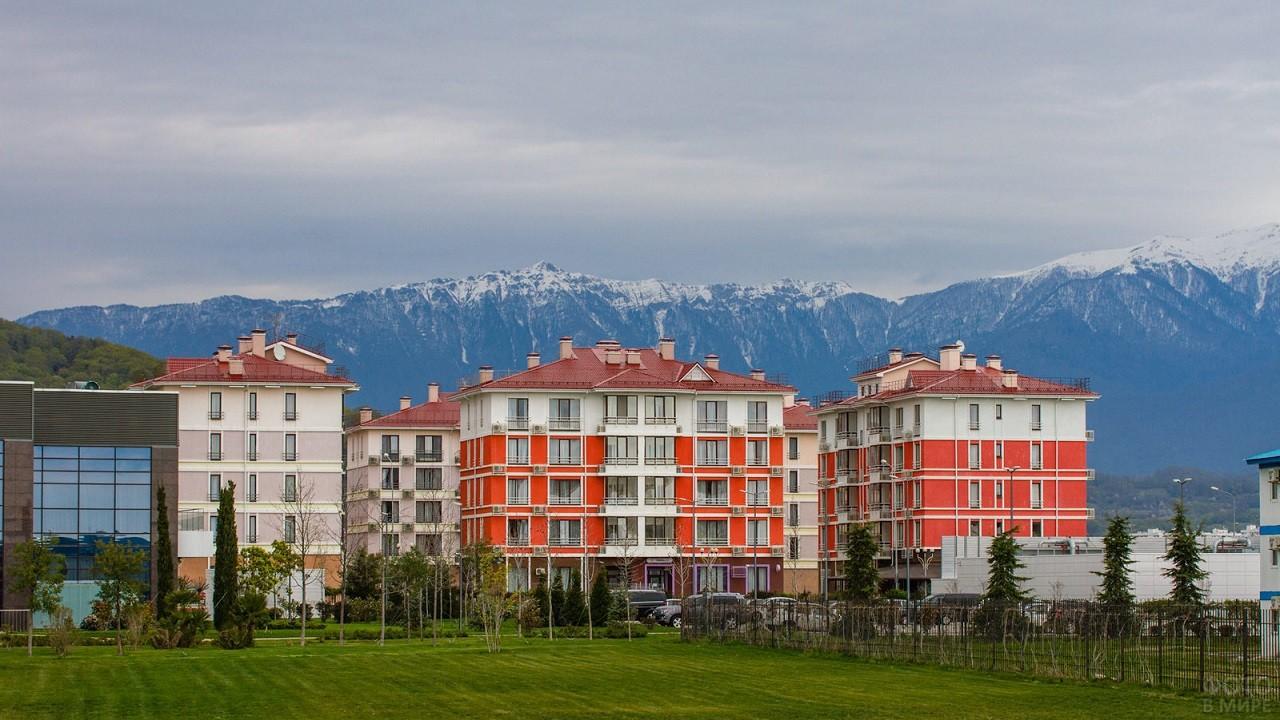 Красивый фасад домов на фоне высоких гор