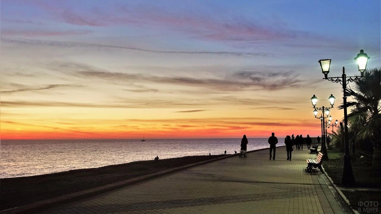 Солнечный закат на Нижнеимеретинской набережной