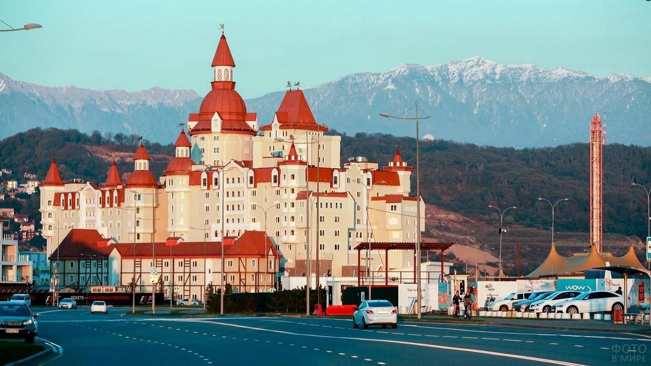 Вид на гостиницу и красивый пейзаж сзади