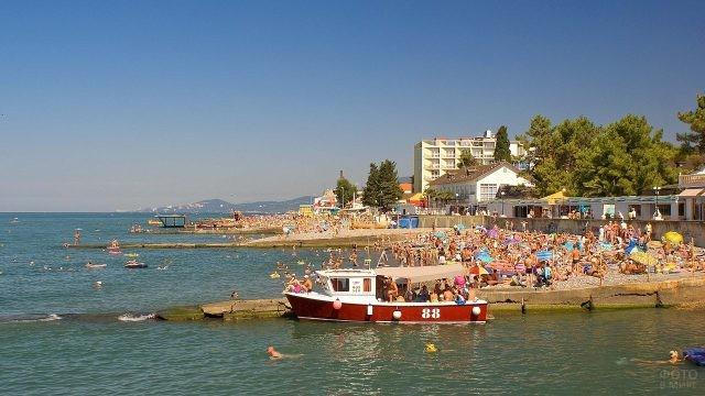 Забитый людьми пляж на берегу Чёрного моря
