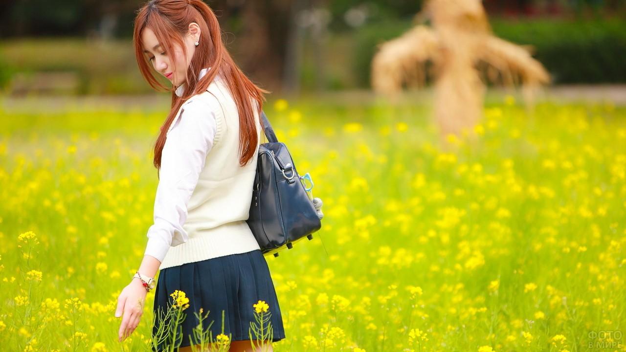 Азиатка в поле жёлтых цветов