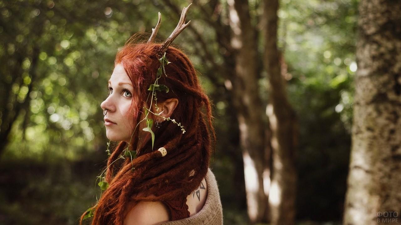 Эльфийка с дредами в лесу