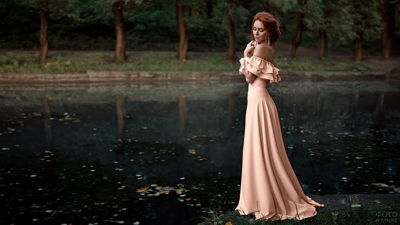 Красавица в розовом платье у пруда