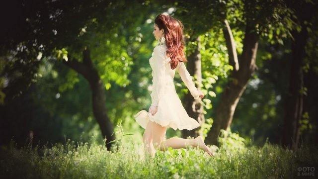 Красотка бежит по саду