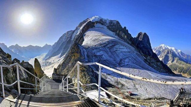 Длинная лестница, ведущая к подножью гор