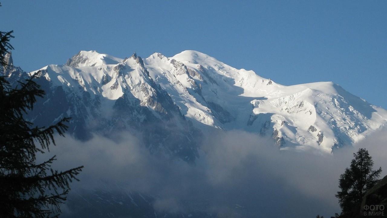 Гора Монблан, окутанная туманом