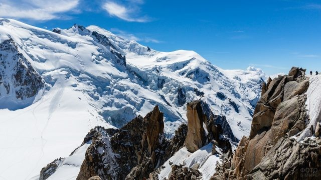 Каменистые породы, торчащие у гор