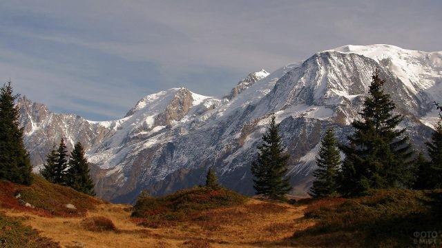Красивый вид с равнины на гору