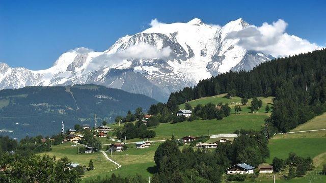 Маленький посёлок, расположенный вблизи горы