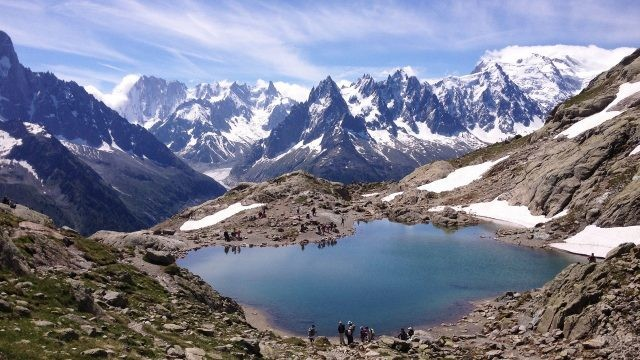 Маленькое озеро на фоне горных цепочек
