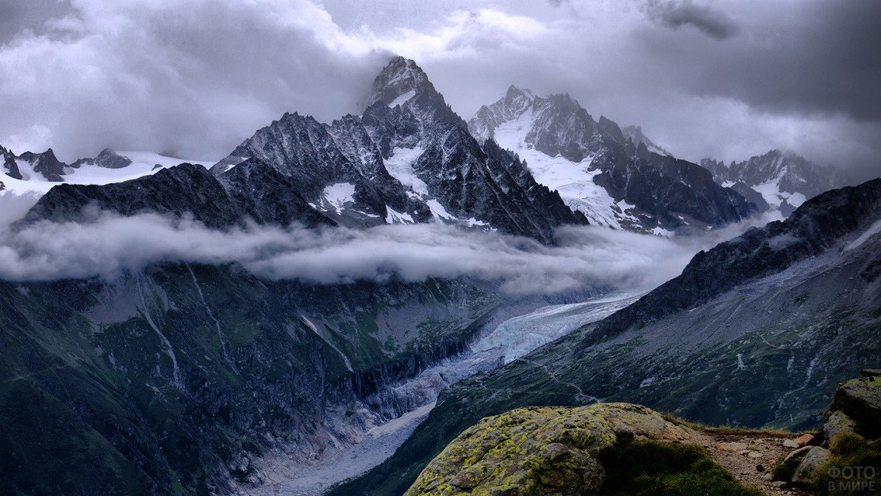 Облака, проплывающие между горными хребтами