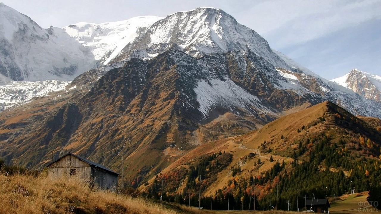 Одинокий домик на фоне величественной горы