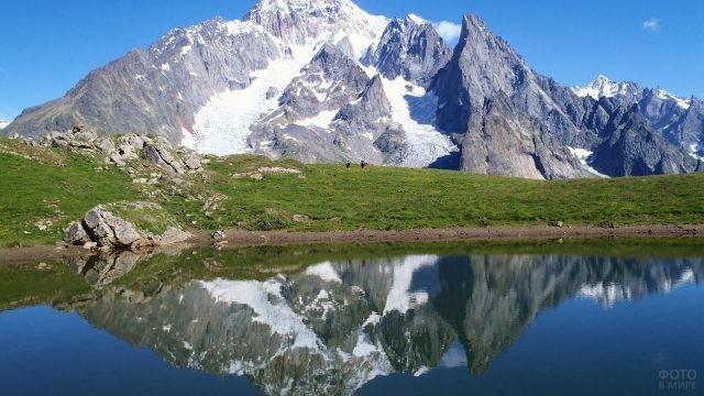 Отражение горы Монблан в воде
