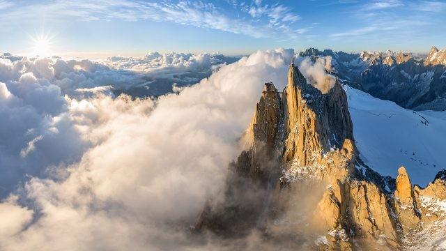 Вершина горы, укутанная густыми облаками