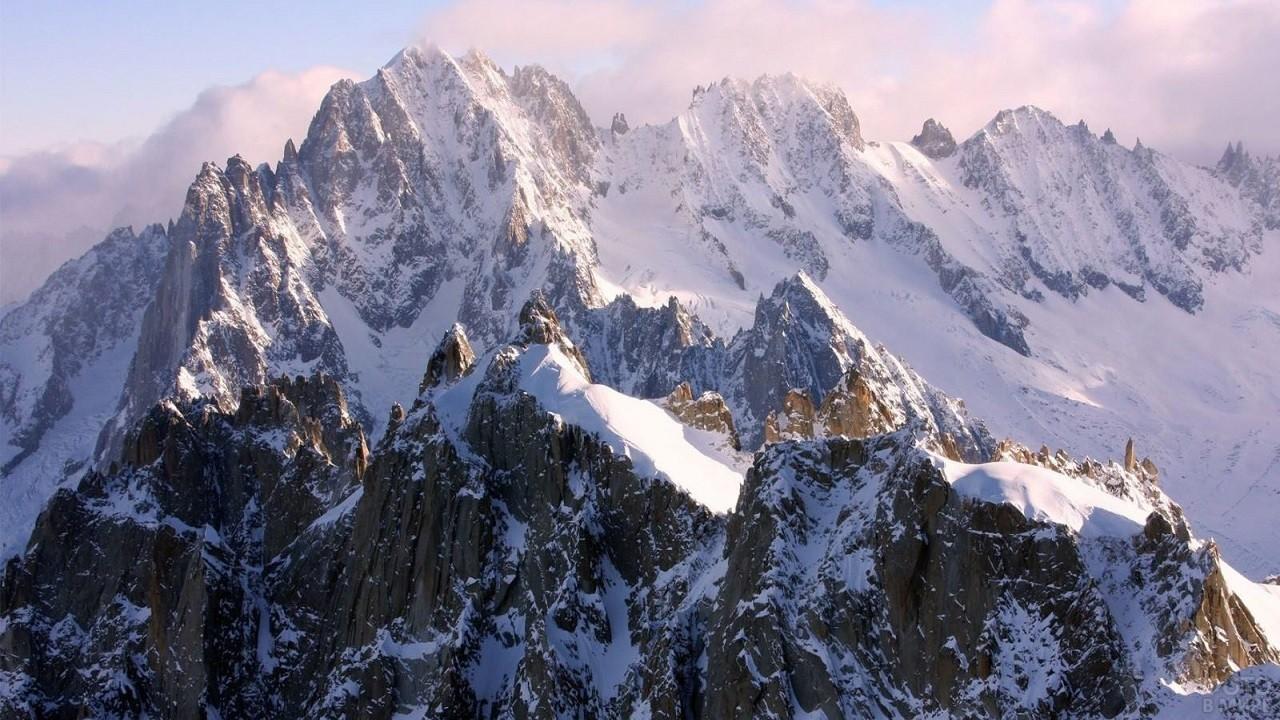 Высокая гора, покрытая снегом