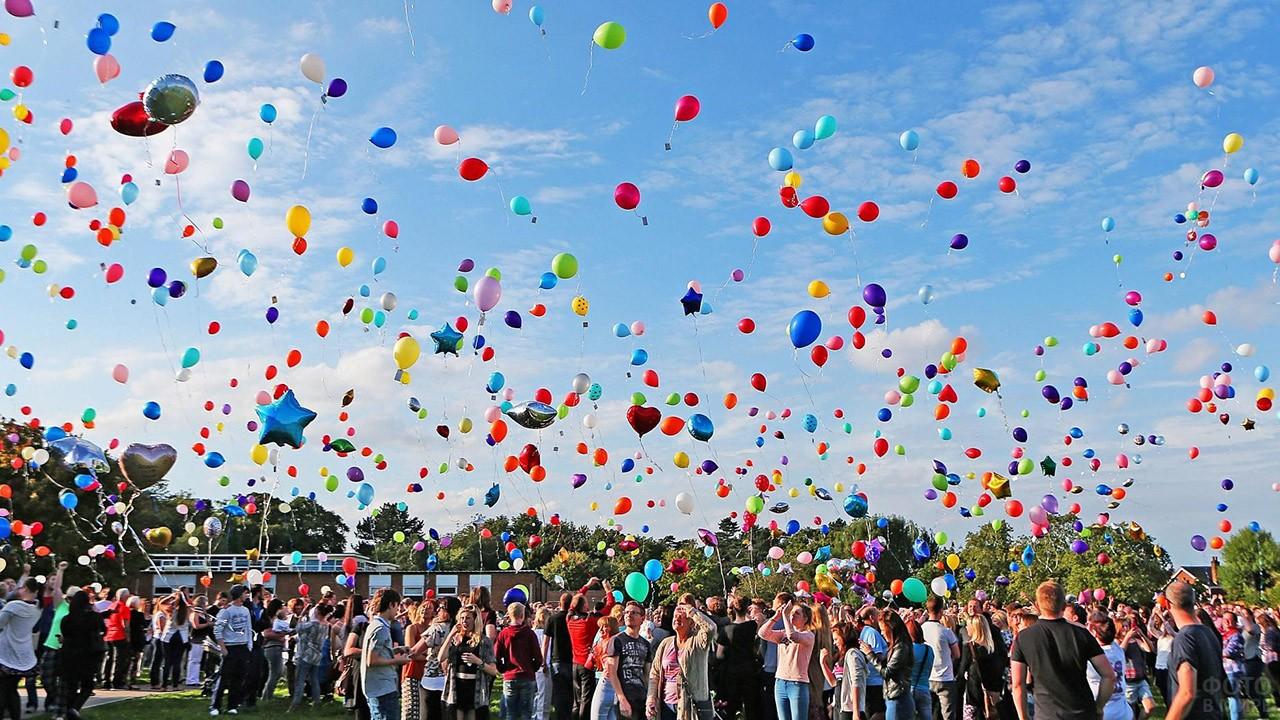 Гости праздника запускают в небо воздушные шарики