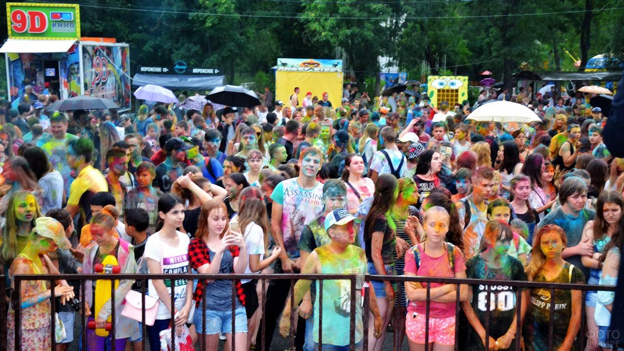 Юные гости фестиваля красок