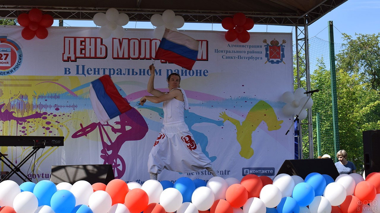 Красочный номер с флагами на сцене праздника