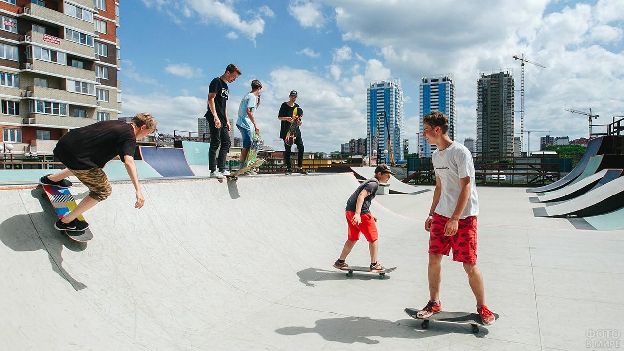 Мальчишки в городском скейт-парке