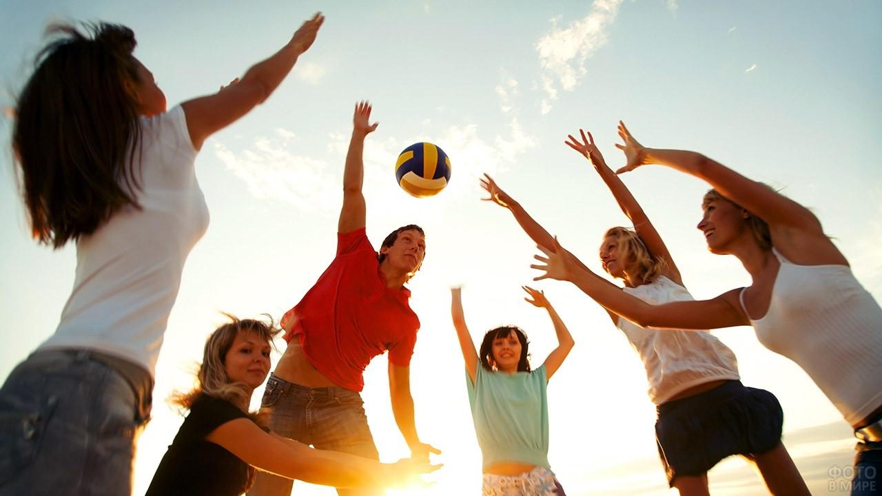 Молодёжь играет в волейбол