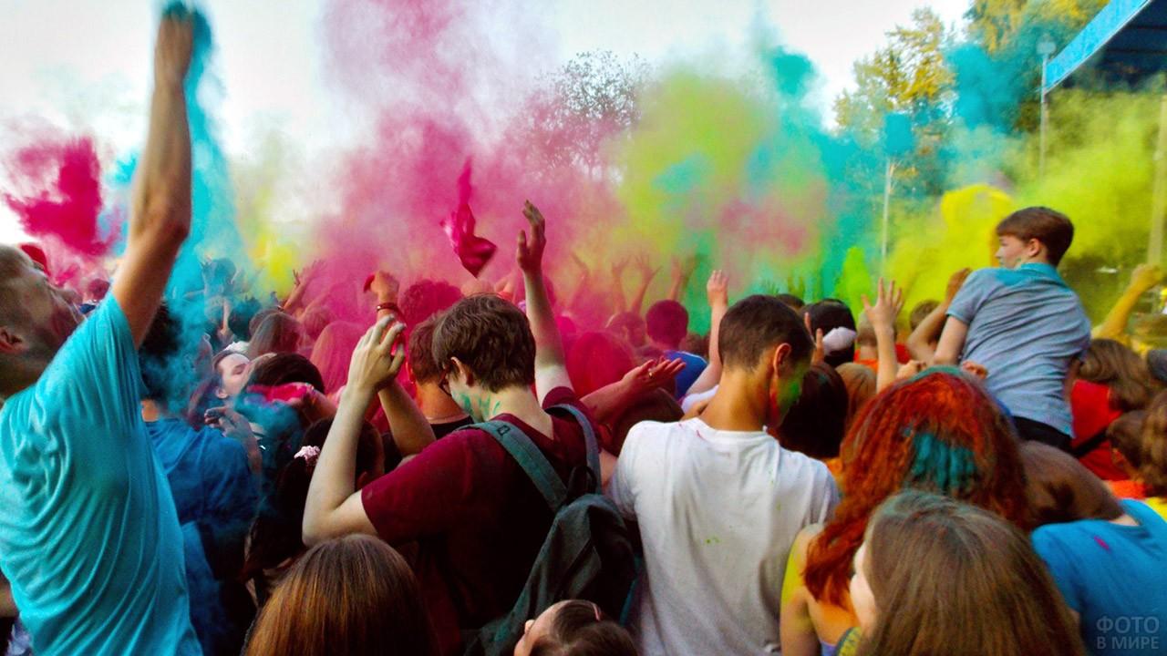 Молодёжь на фестивале красок