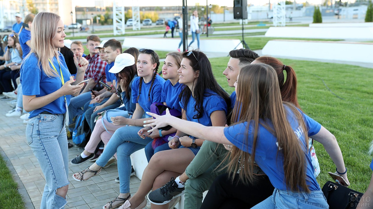 Молодые волонтёры перед началом праздника