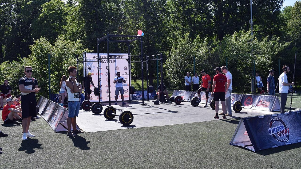 Площадка соревнований по пауэрлифтингу на празднике в парке