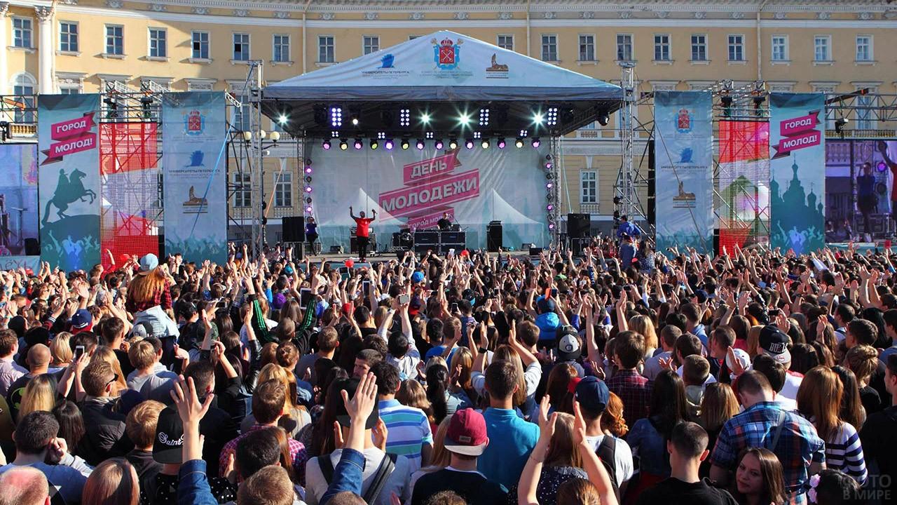 Толпа зрителей перед сценой городского концерта