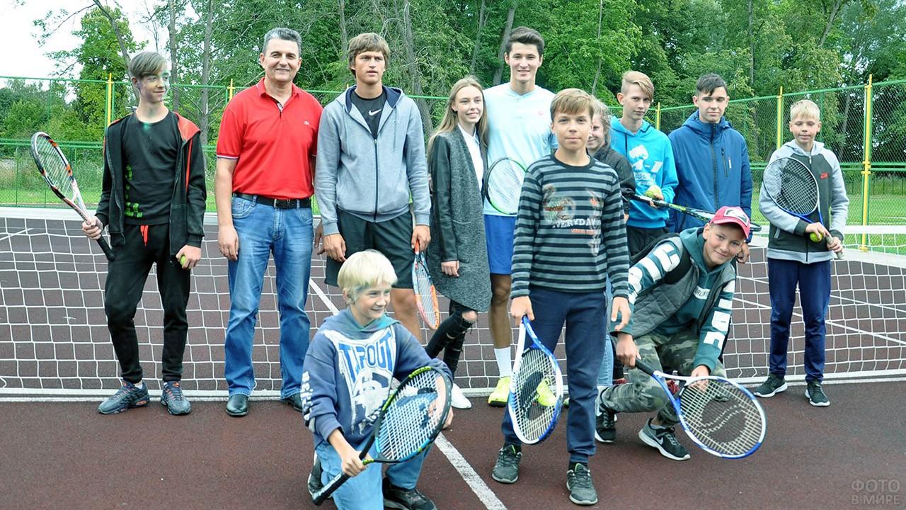 Участники юношеского турнира по теннису