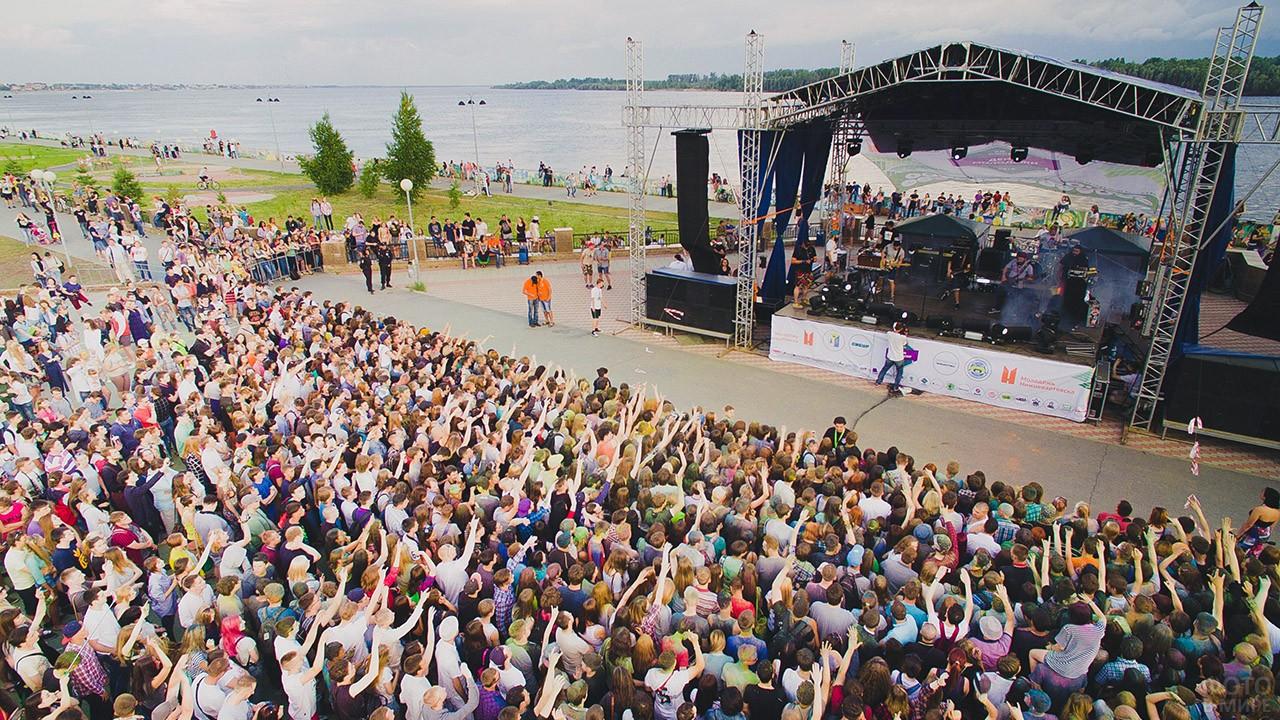 Вид сверху на толпу зрителей рок-выступления перед сценой