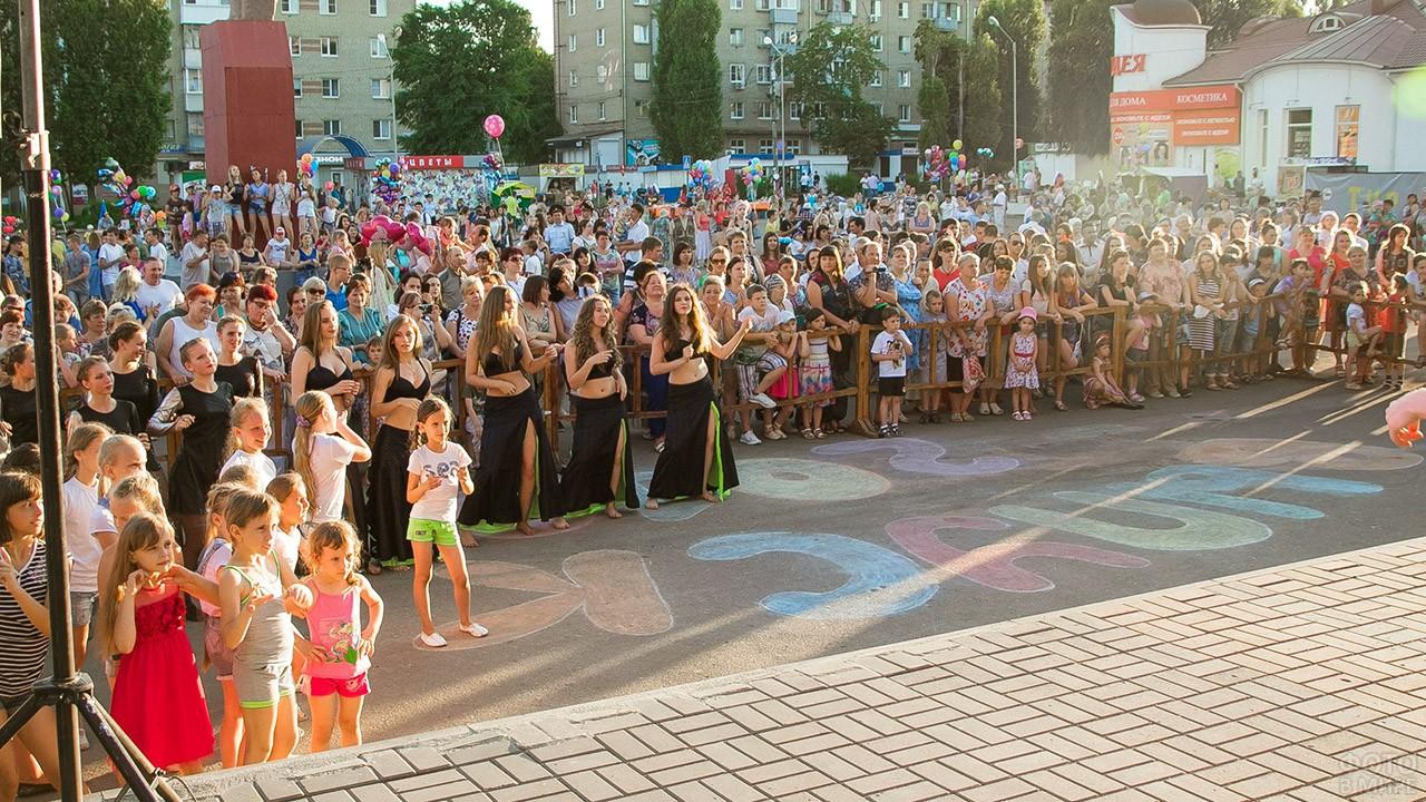 Зрители и участники праздничного концерта на городской площади