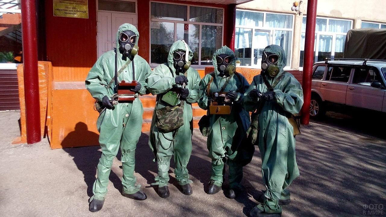 Четверо студентов в костюмах химзащиты