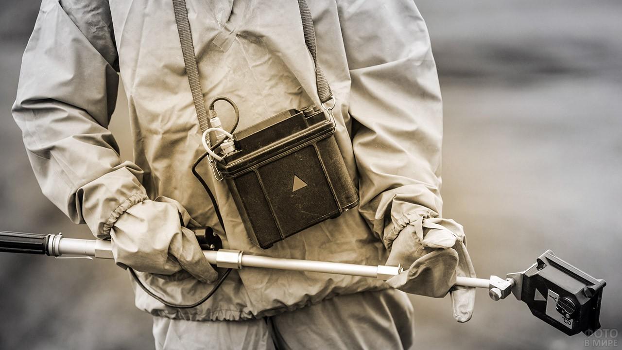 Офицер-дозиметрист замеряет уровень радиации
