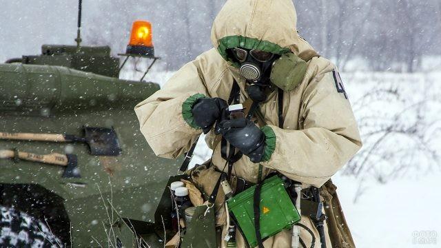 Разведчик РХБ защиты в поле под снегопадом