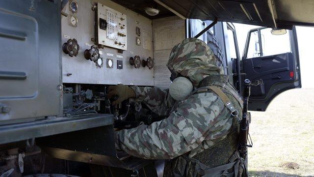 Служащий РХБЗ работает в полевой лаборатории