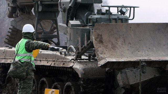 Солдат РХБ защиты в противогазе пропускает УДМ-80