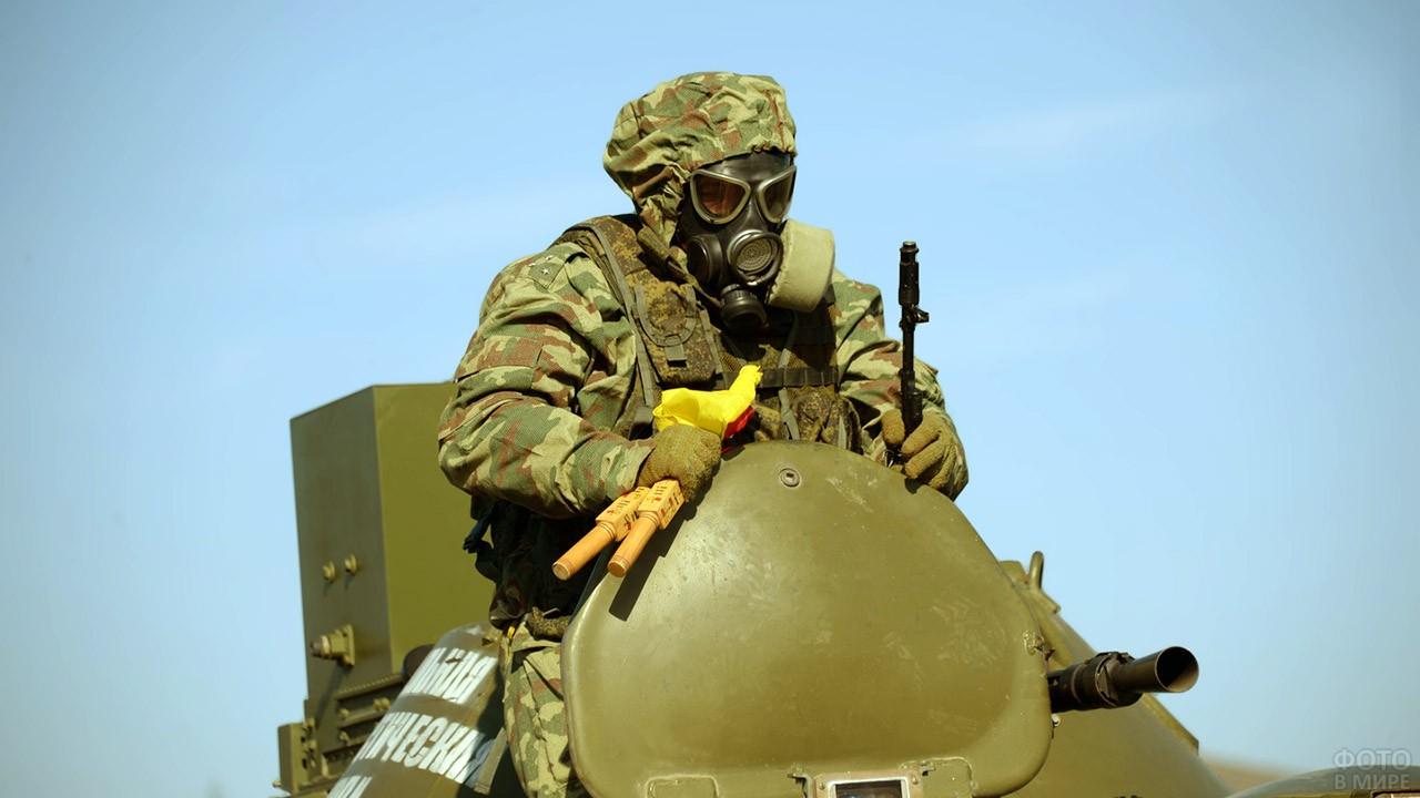 Солдат РХБЗ в противогазе на фоне ясного неба