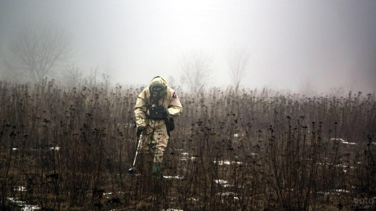 Солдат РХБЗ в задымлённом поле