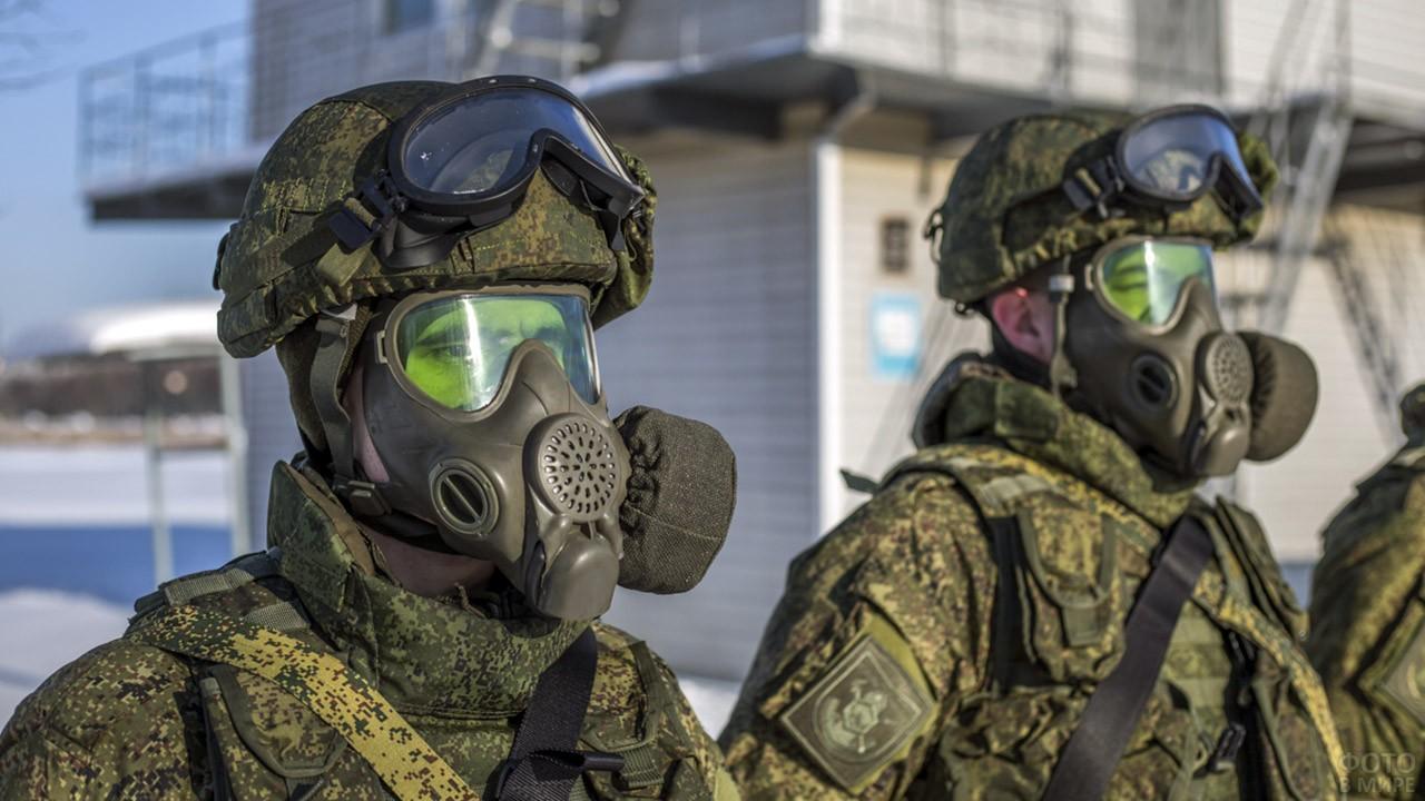 Спецназовцы РХБ защиты в противогазах Ратник