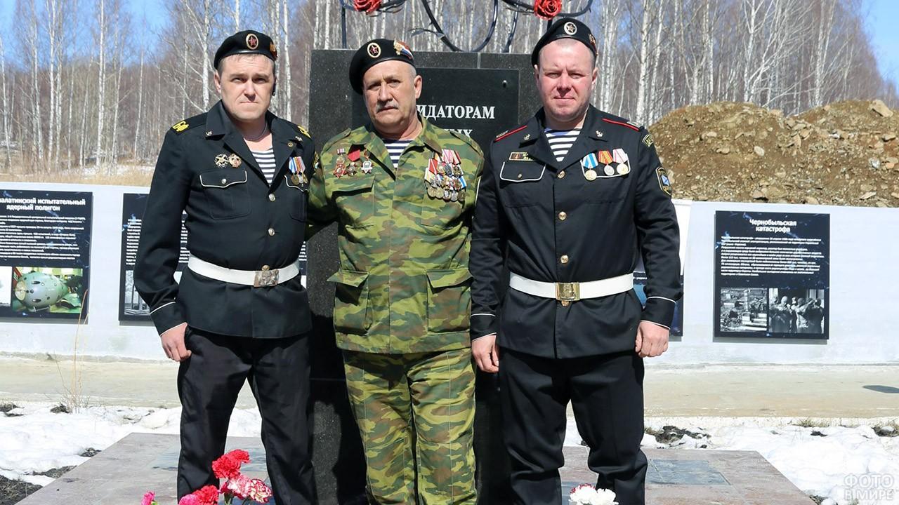 Ветераны РХБЗ у мемориала памяти погибшим при радиационных катастрофах
