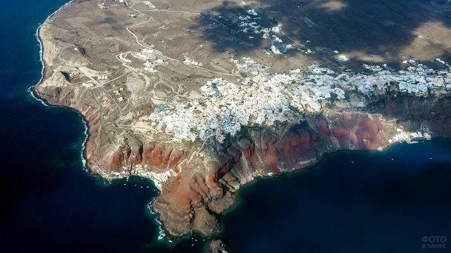Аэросъёмка острова Санторини в районе города Фира