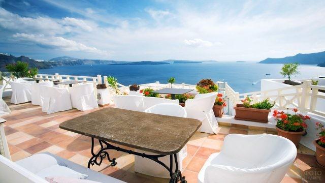 Кафе с видом на море на Санторини