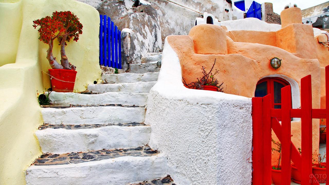 Лестница на улице курорта на Санторини